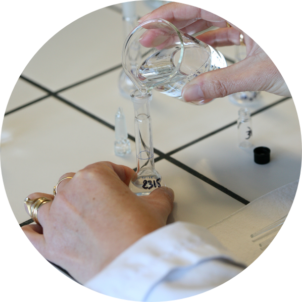 Zdjęcia ukazujące badanie substancji w próbówce
